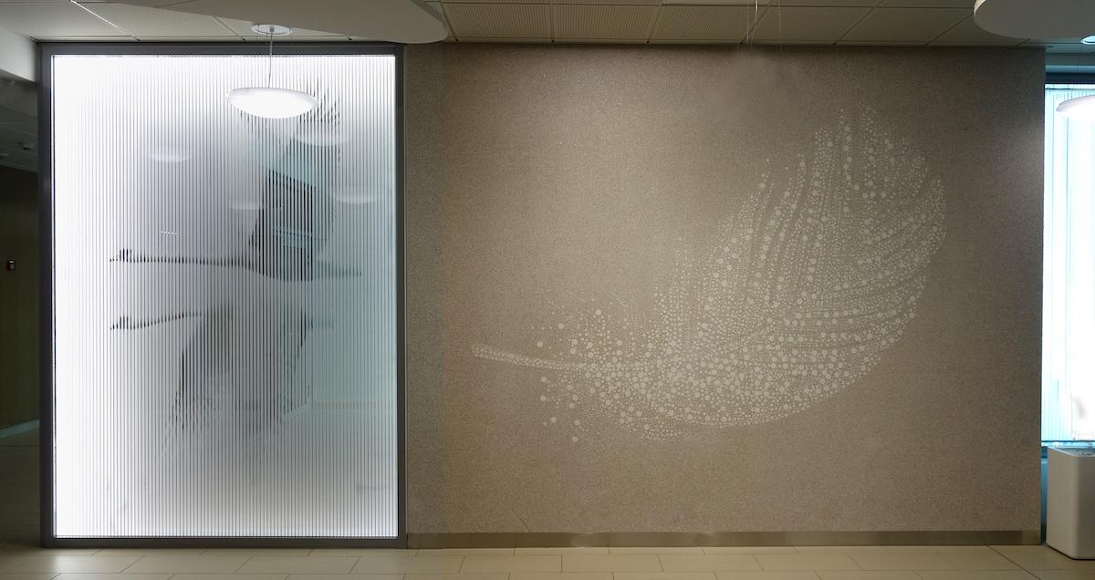 """1.""""Höyhen"""" koostuu betonielementistä sekä akryylilevyyn toteutetusta kuvioinnista."""